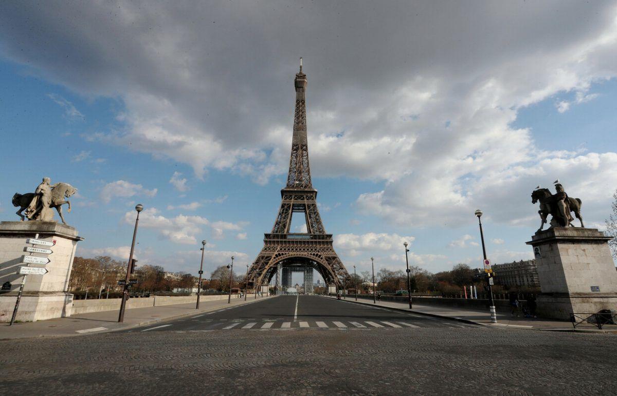 La Tour Eiffel deserta dopo il divieto di assembramenti causa Covid
