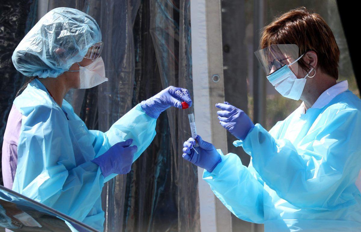 Due operatrici sanitarie si passano un tampone Covid