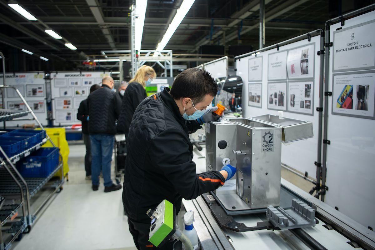 lavoratore catena produzione industria