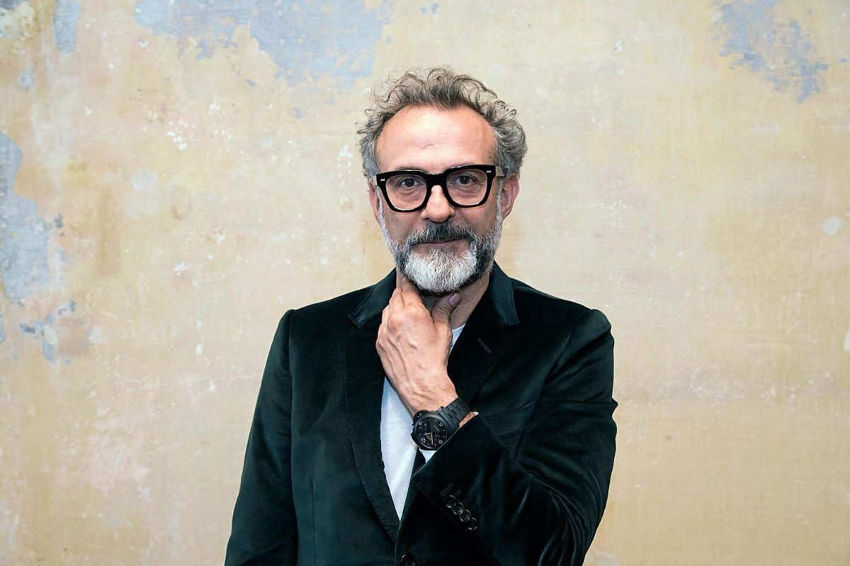 Lo chef Massimo Bottura con una giacca di velluto verdone