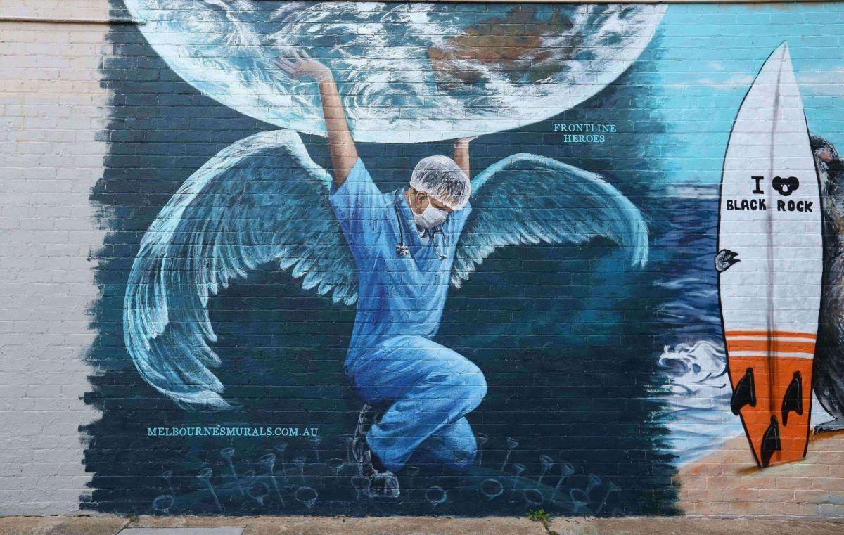 Un murale realizzato a Melbourne ad aprile 2020 per celebrare medici e infermieri impegnati nella lotto al Coronavirus