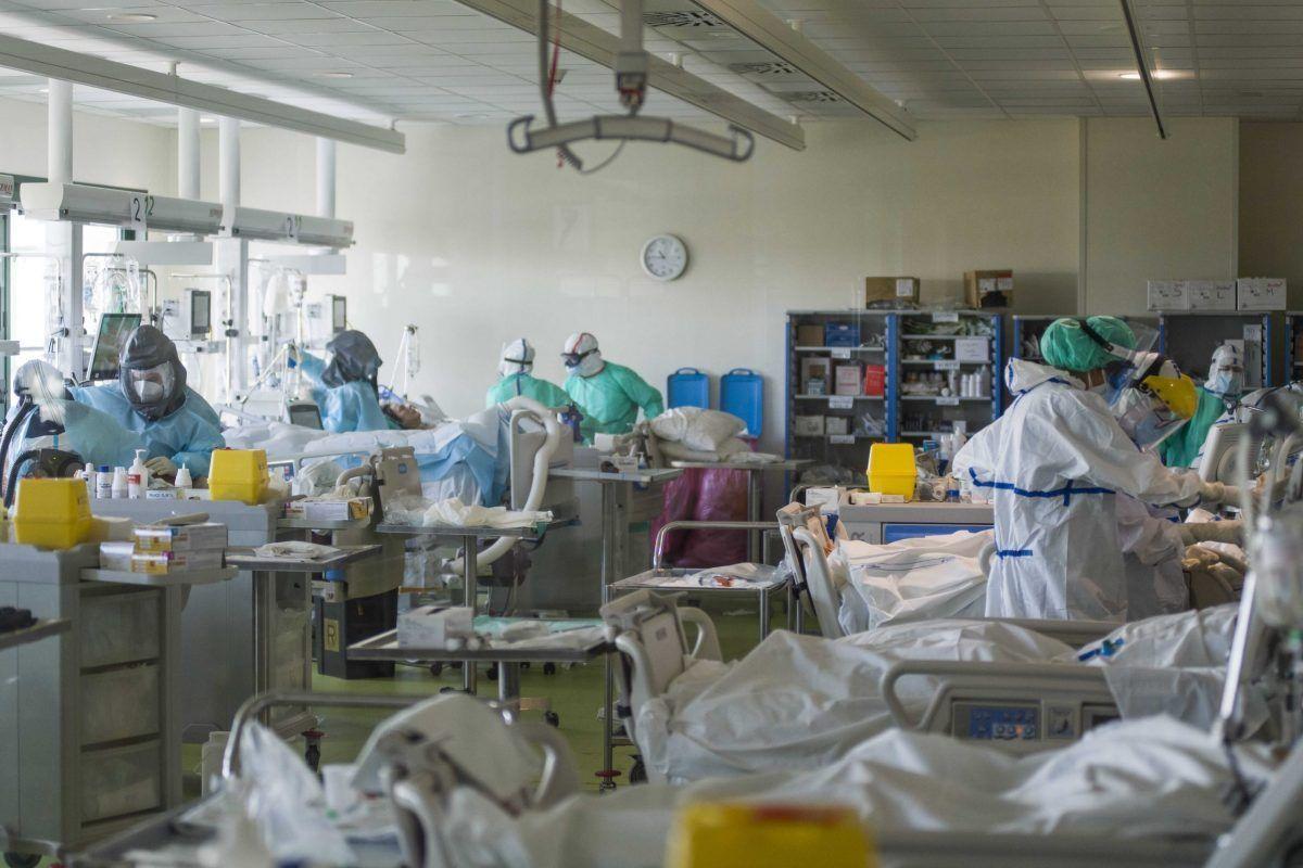 I pazienti malati di Covid ricoverati nel reparto di terapia intensiva dell'ospedale di Bologna nell'ottobre 2020