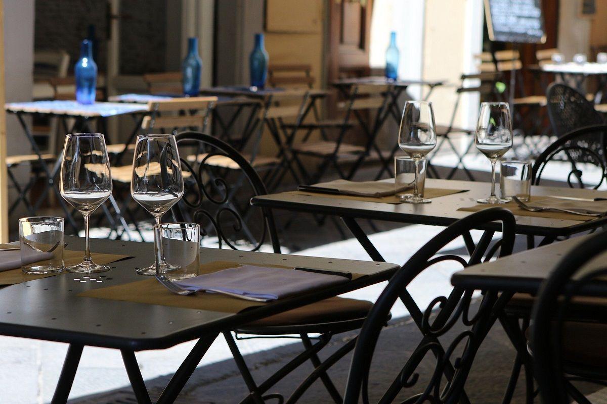 Coronavirus, gli italiani vanno meno al ristorante: il sondaggio