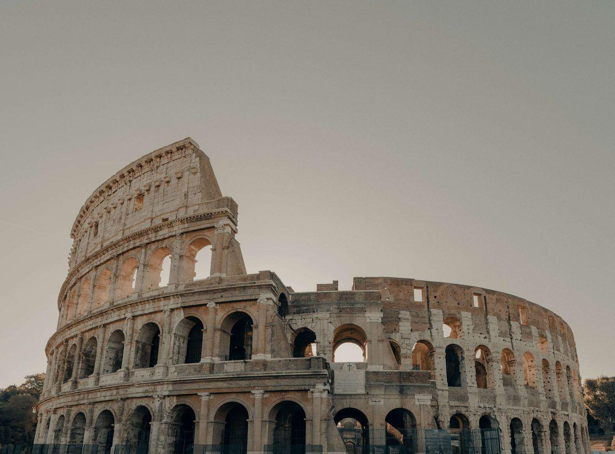 Il Colosseo in una giornata dal cielo grigio