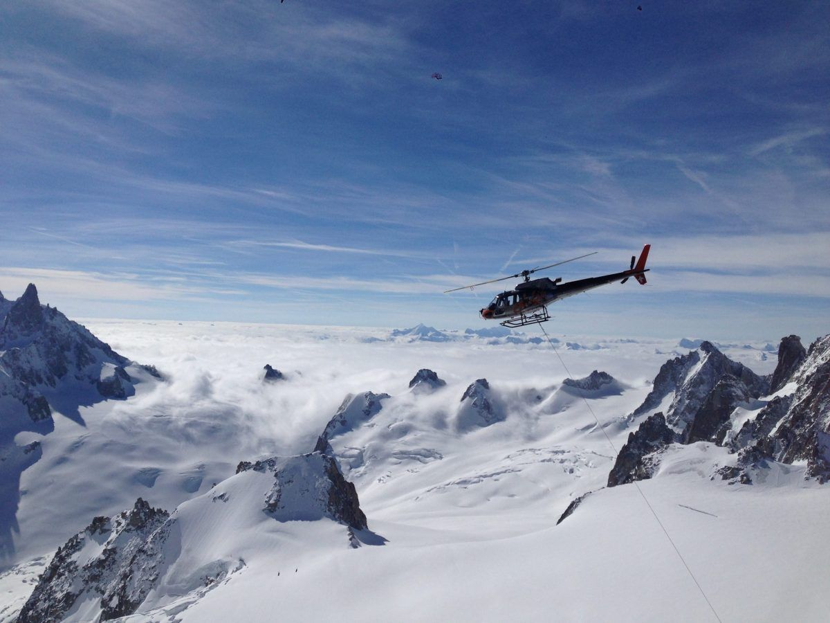 Elicottero tra le montagne innevate