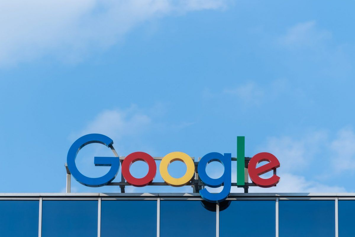L'insegna Google sopra un palazzo si staglia nel cielo azzurro