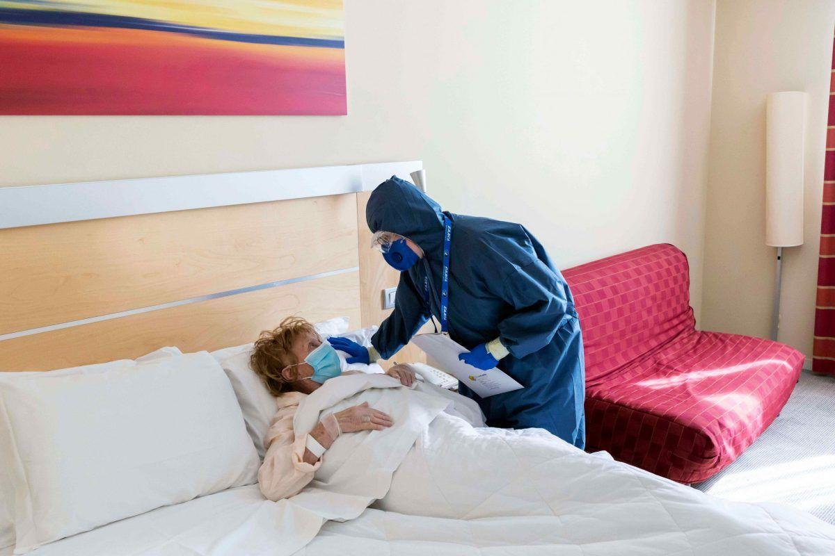 Una paziente Covid curata da un infermiere in un Covid hotel