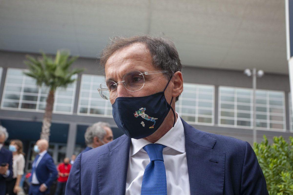 Il ministro Francesco Boccia con la mascherina
