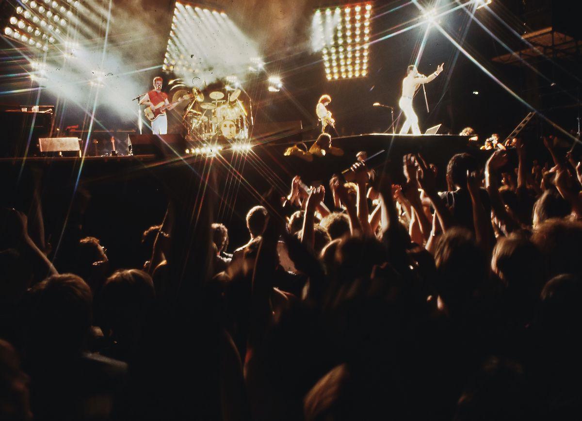 Concerto Queen palcoscenico luci pubblico band