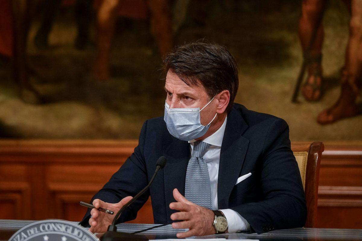 Il premier Giuseppe Conte con la mascherina