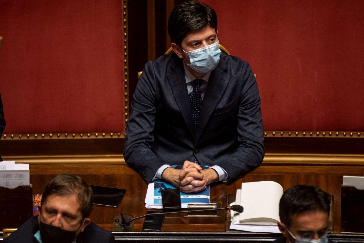 Il ministro della Sanità Roberto Speranza con la mascherina in Parlamento