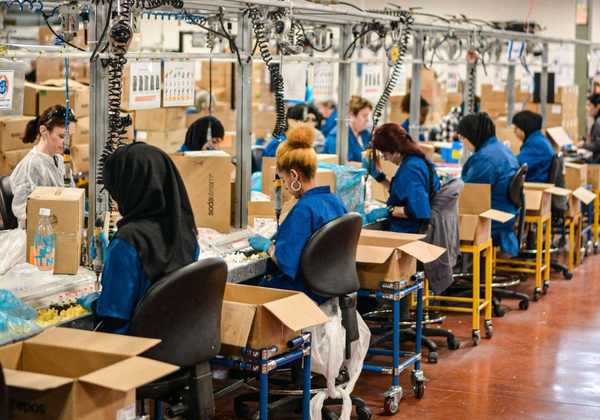 Lavoratrici alla loro postazione in una fabbrica tessile
