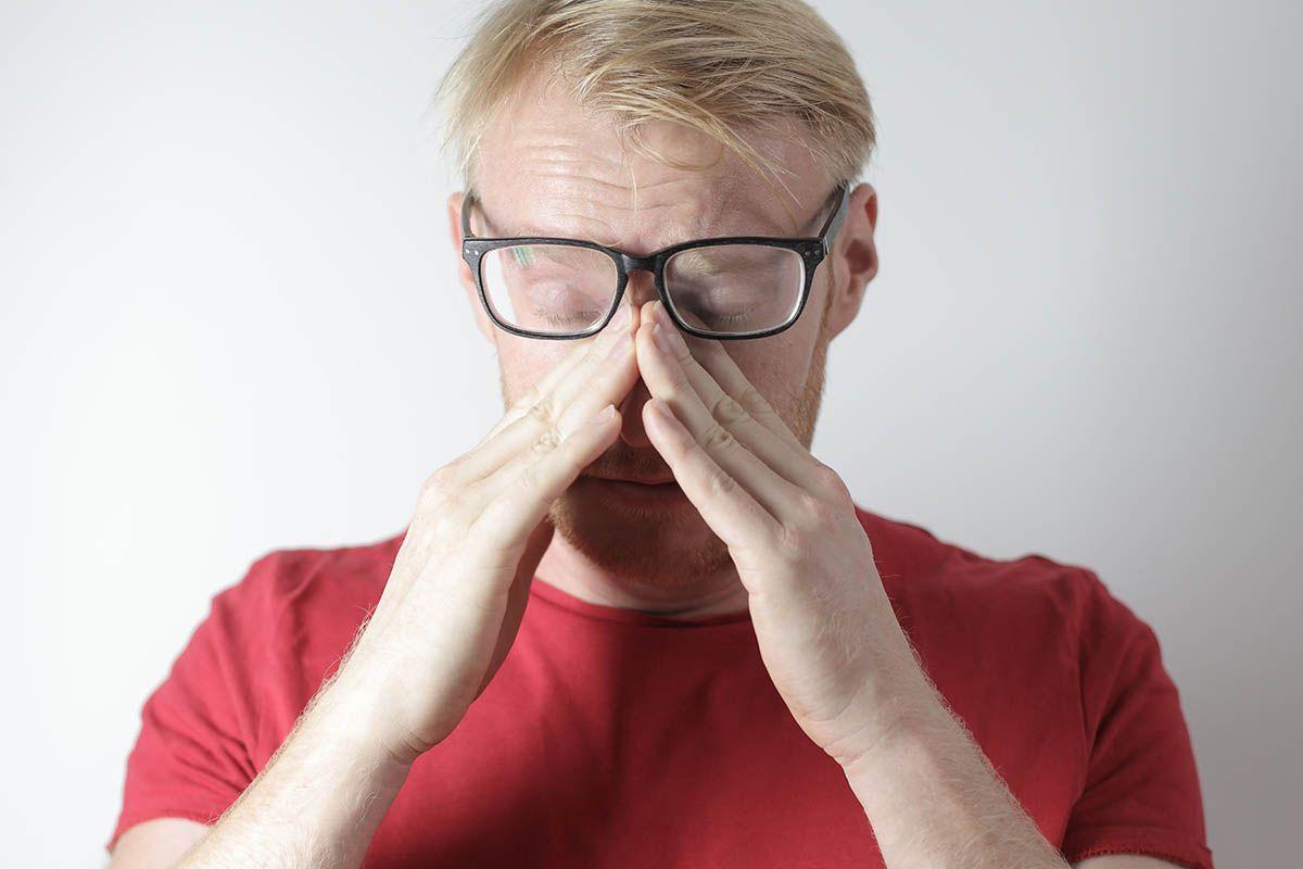 uomo occhiali maglietta rossa