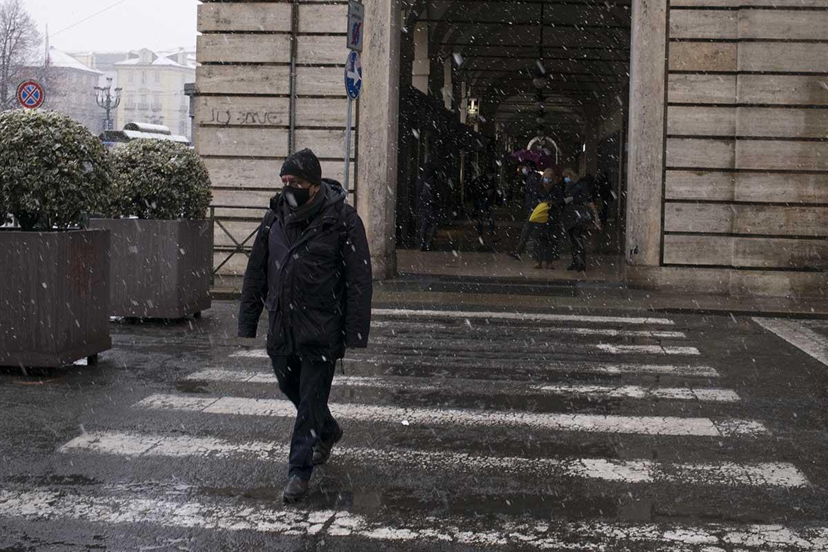uomo neve strada torino