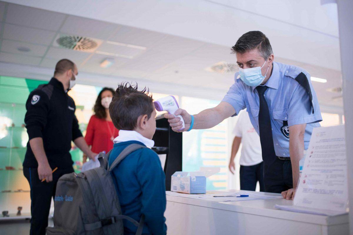 Controllo della temperatura all'ingresso di una scuola elementare di Torino, settembre 2020