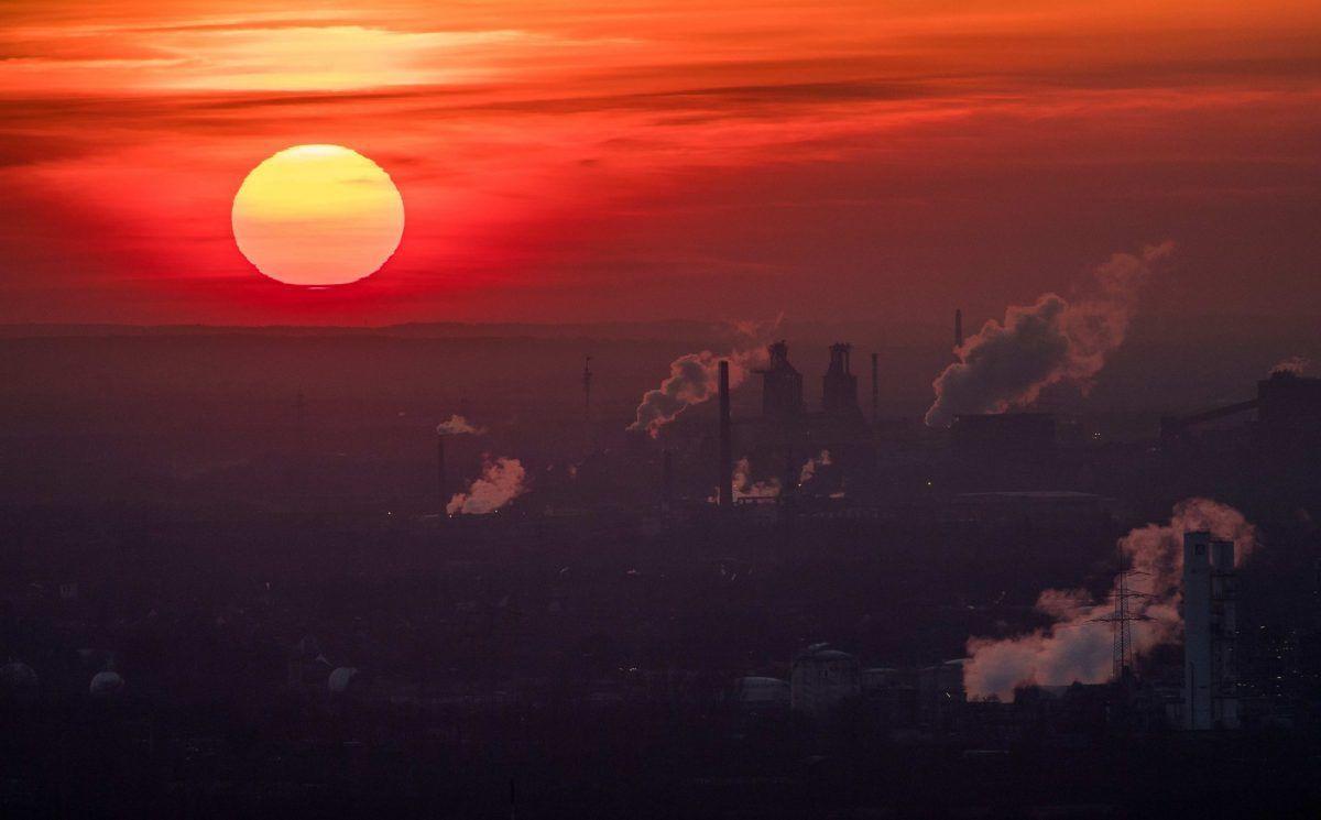 Vapore e gas di scarico salgono da diverse aziende in una fredda giornata invernale il 6 gennaio 2017 a Oberhausen, in Germania. Secondo un rapporto pubblicato dall'European Copernicus Climate Change Service, è probabile che il 2016 sia stato l'anno più caldo da quando le temperature globali sono state registrate nel 19 ° secolo. Secondo il rapporto, la temperatura media della superficie globale era di 14,8 gradi Celsius, che è di 1,3 gradi superiore alle stime per prima della rivoluzione industriale. I gas serra sono tra le principali cause del riscaldamento globale e del cambiamento climatico.