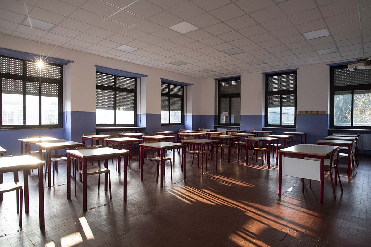 scuola banchi aula vuota