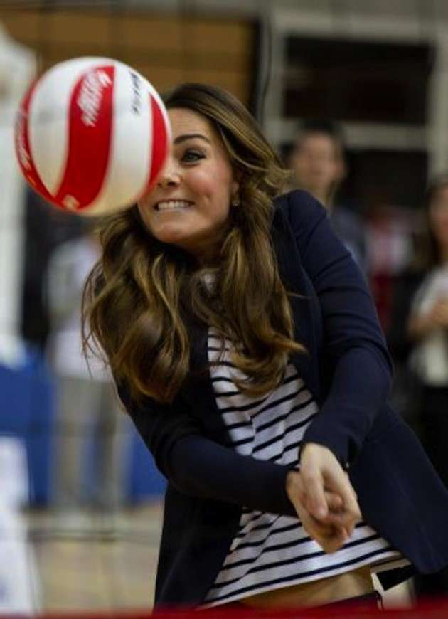 Kate Middleton gioca a pallavolo