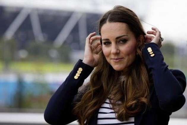 Kate Middleton si tocca i capelli