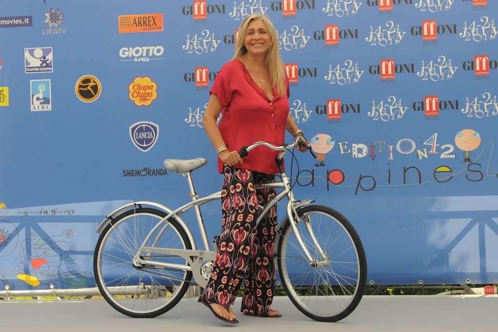 Mara Venier in bici al Giffoni Film Festival