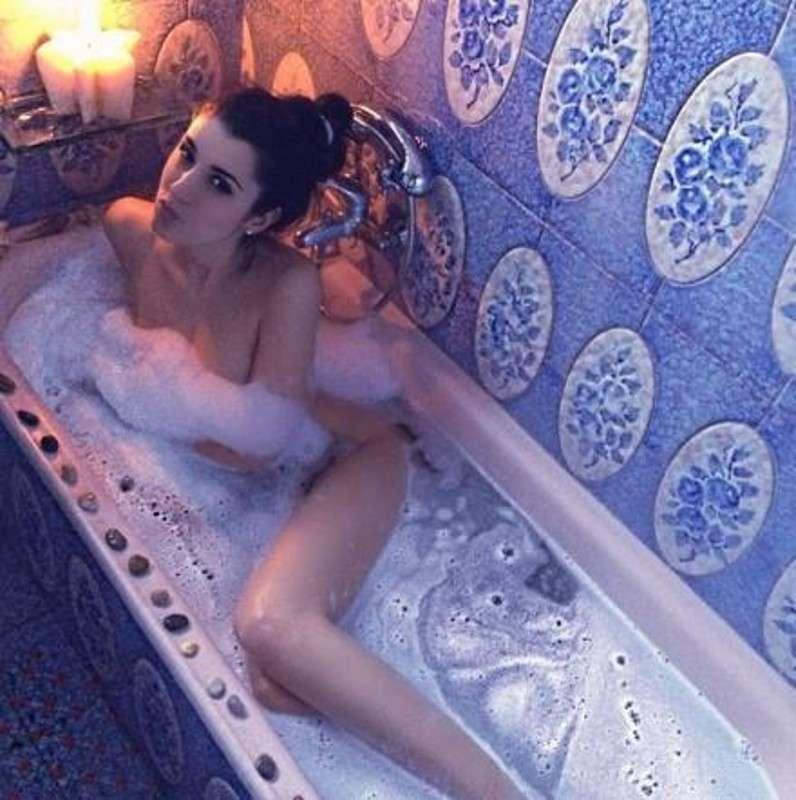 Valentina Vignali nella vasca da bagno