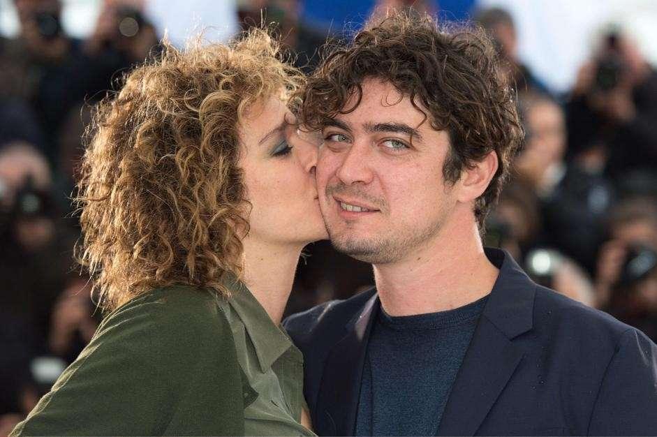 Riccardo Scamarcio baciato da Valeria Golino