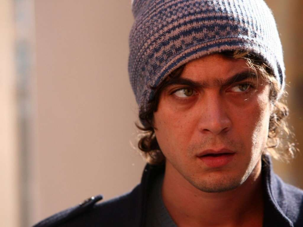 Riccardo Scamarcio col berretto di lana