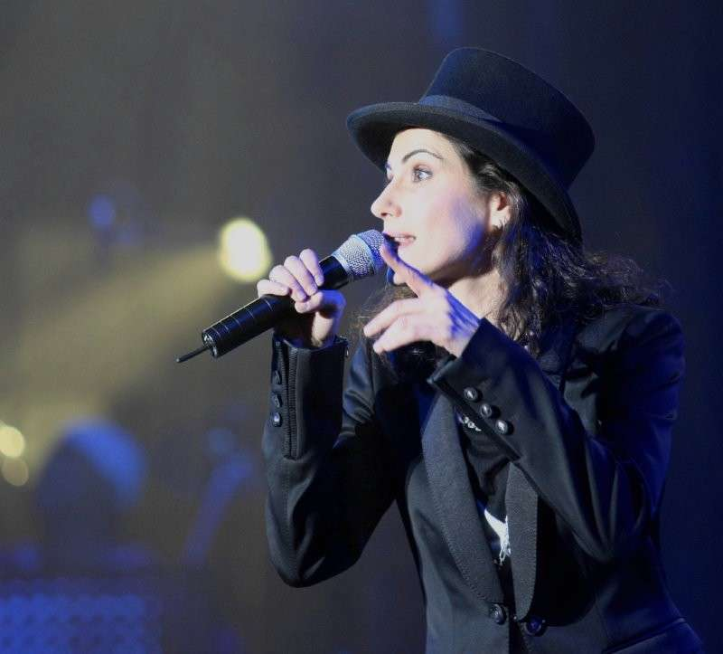 Giorgia canta con il cappello