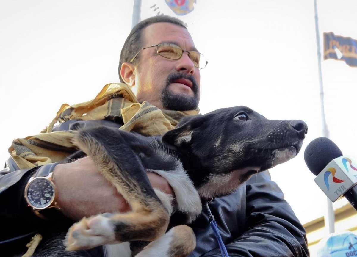 Steven Seagal con un cane