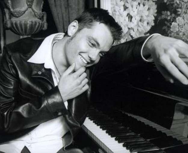 Tiziano Ferro al pianoforte