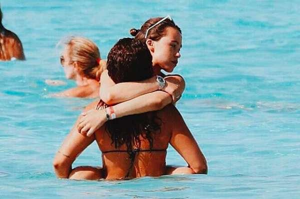 Aurora Ramazzotti al mare con Sara Daniele