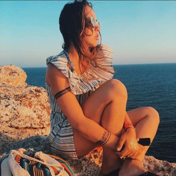 Aurora Ramazzotti osserva il mare