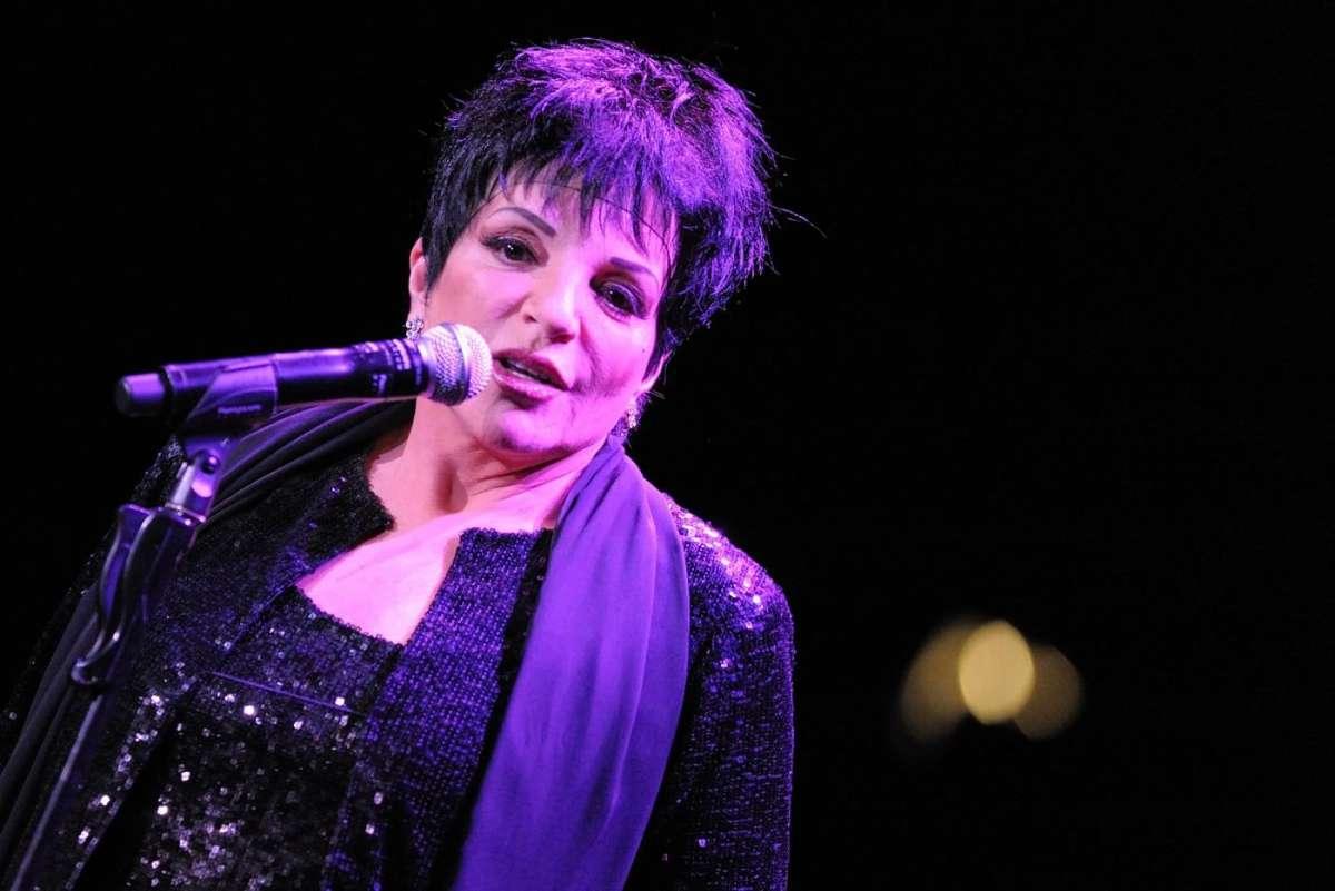 Liza Minelli canta sul palco