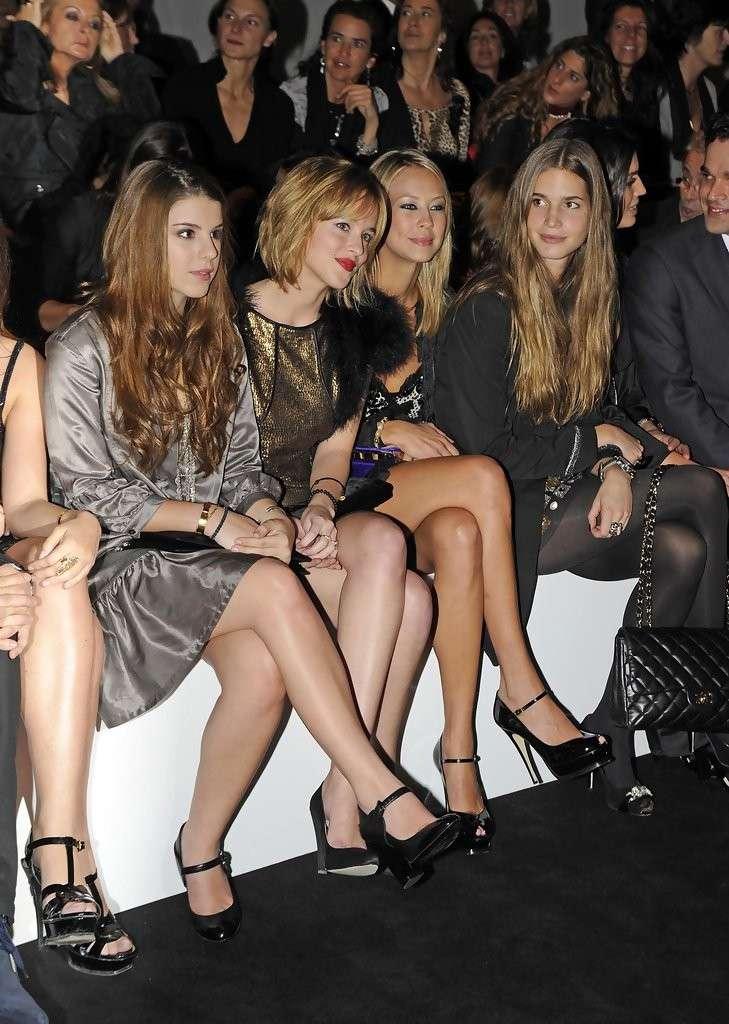 Dakota Johnson con altre modelle