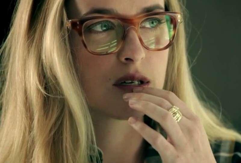 Dakota Johnson con gli occhiali