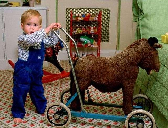 Principe William da piccolo coi suoi giocattoli