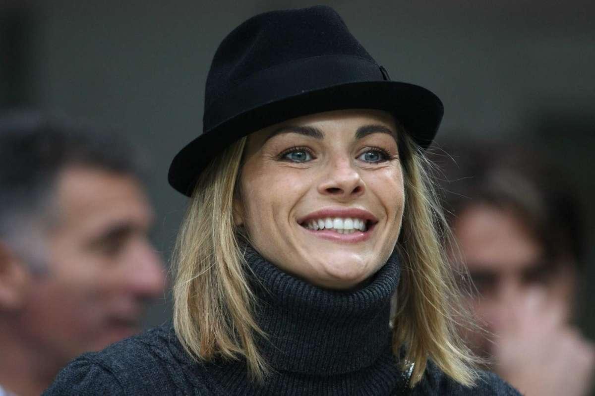 Martina Colombari col cappello