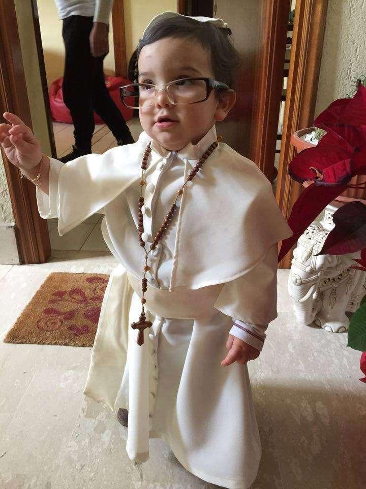 Bambino vestito da Papa Francesco