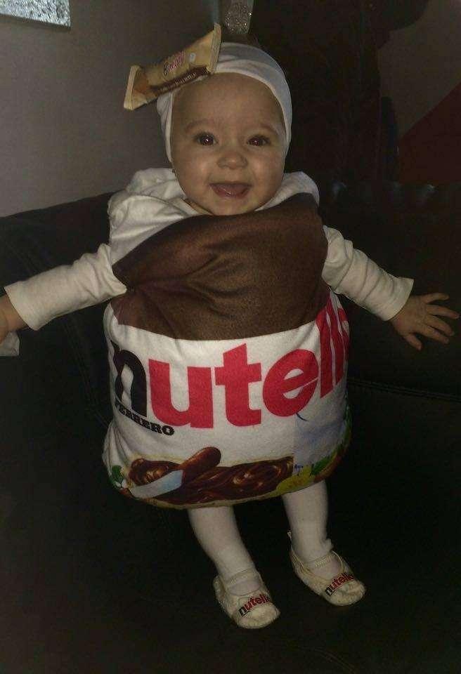 Bimba con costume di Barattolo di Nutella