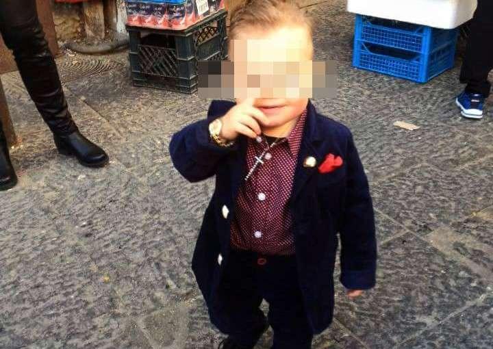 Bimbo vestito da Boss delle cerimonie