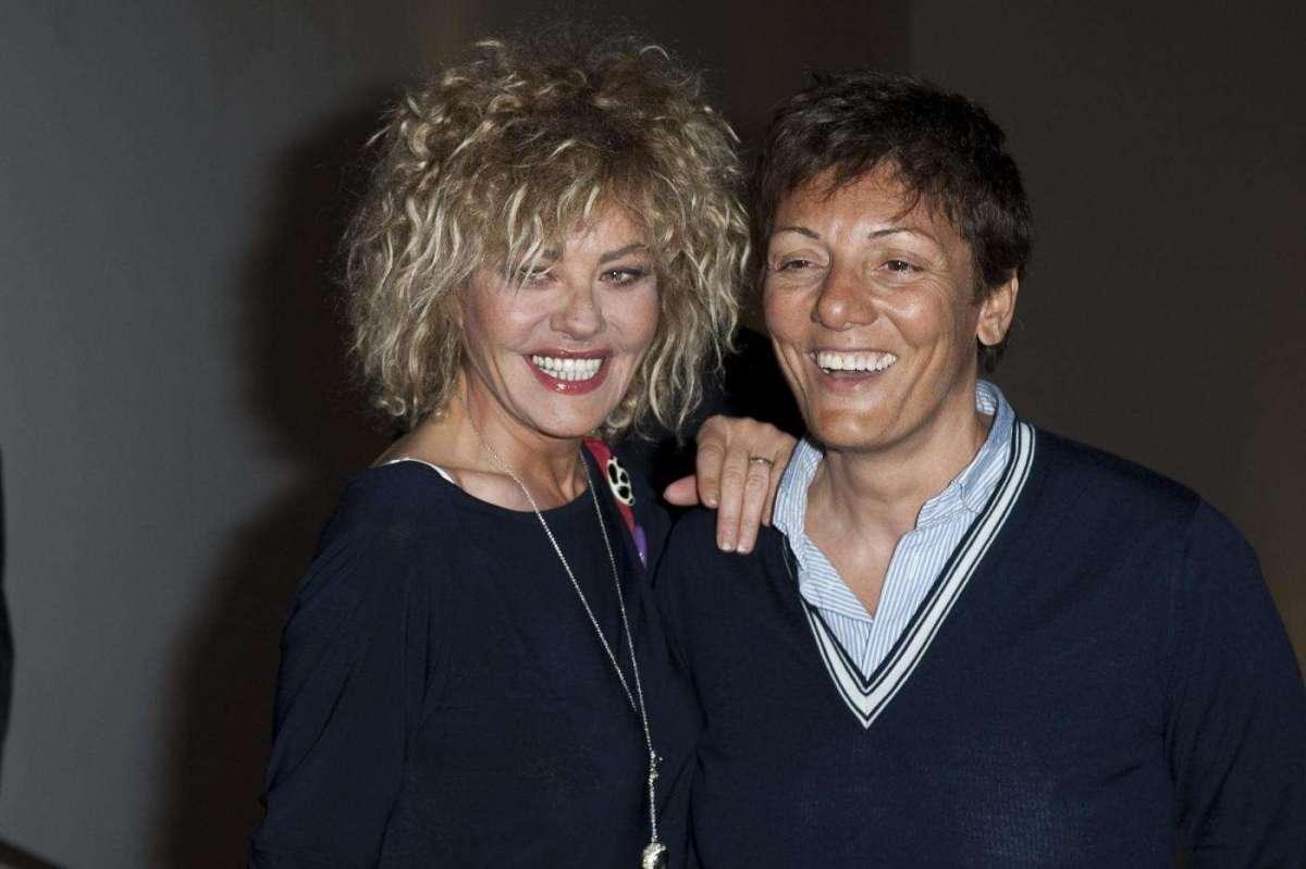 Eva Grimaldi e Imma Battaglia sorridono ai fotografi