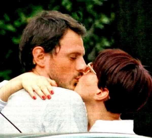 Arisa bacia il fidanzato