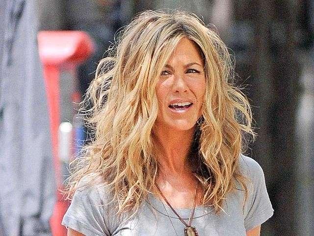 Jennifer Aniston coi capelli mossi