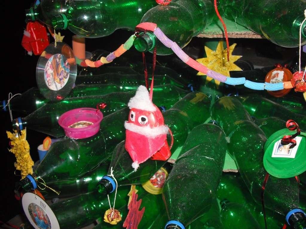 Albero di Natale con bottiglie acqua