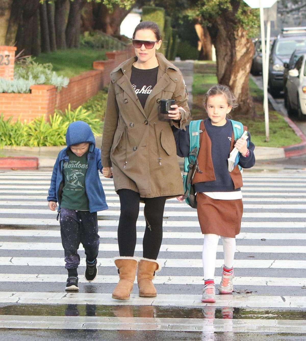 Jennifer Garner a passeggio con due figli