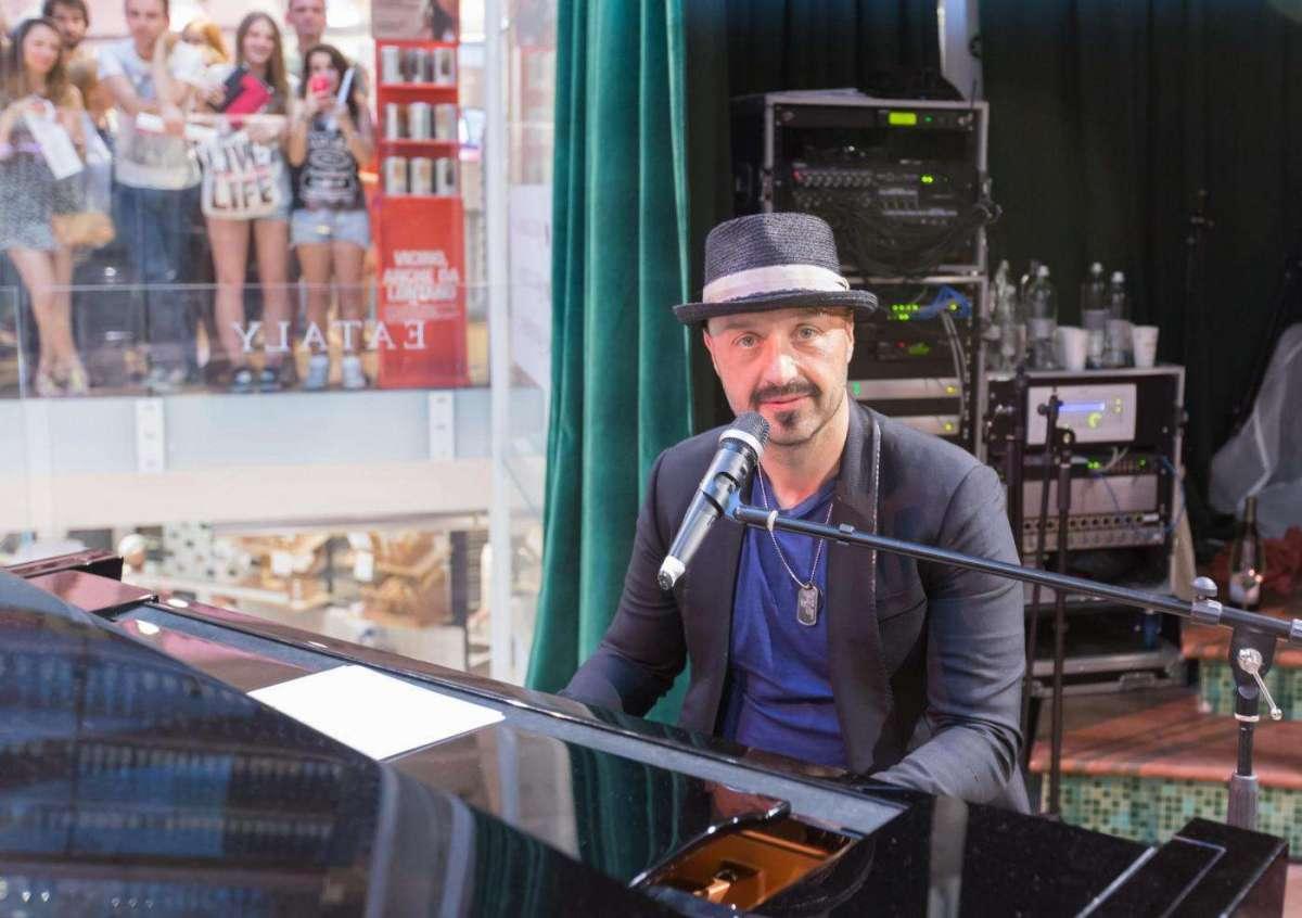 Joe Bastianich al pianoforte