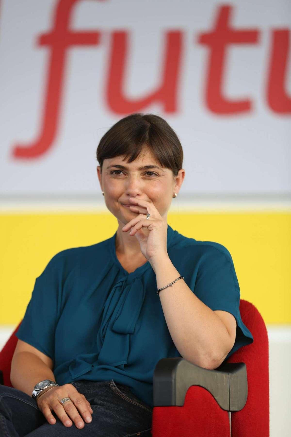 Debora Serracchiani ascolta