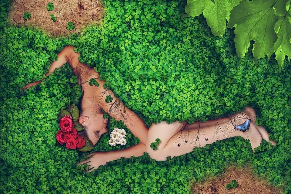 Donna che dorme tra i trifogli