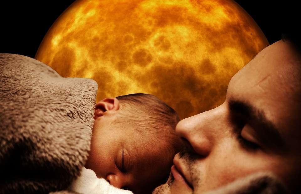 Papà dorme con il bimbo