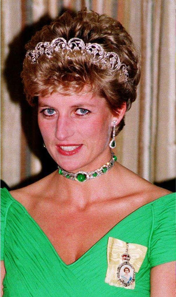 Lady Diana con diadema e girocollo di smeraldi